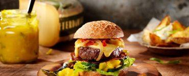Broodje hamburger met De Rotterdamsche Oude kaas